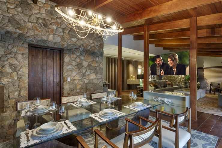 Na sala de jantar, a designer Rosane Guedes especificou um sofisticado lustre feito de corrente de bicicleta. Foto: Gustavo Xavier - Gustavo Xavier/Divulgação