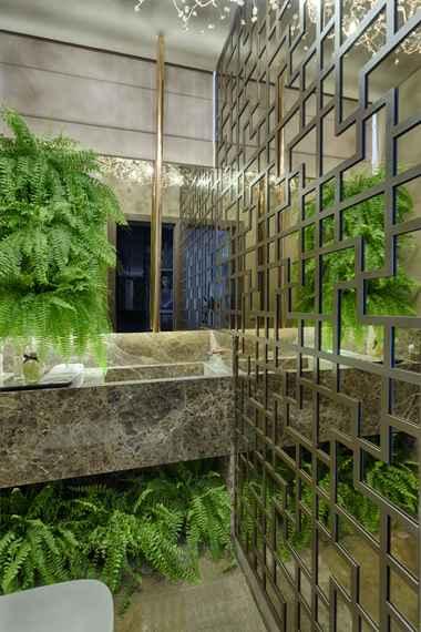 No luxuoso lavabo de Jacqueline Ortega, a torneira de teto feito pela própria profissional é um dos destaques. Foto: Gustavo Xavier - Gustavo Xavier/Divulgação