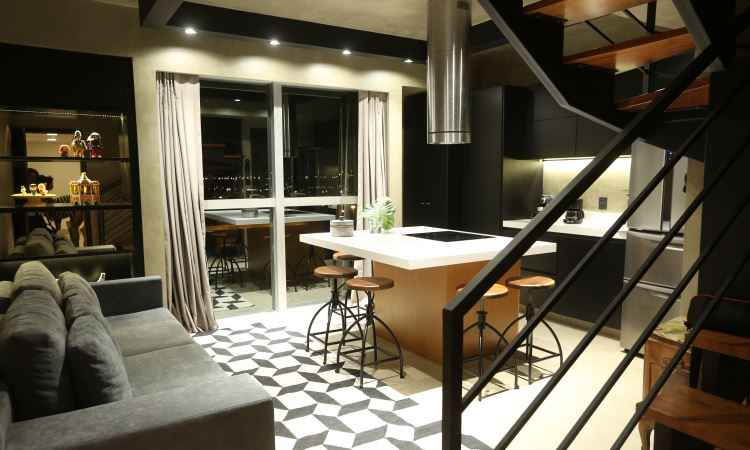 Revestimento microcim foi usado no piso, na parede e no teto, além da cor preta na estrutura metálica da escada e da iluminação -